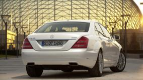 Mercedes-Benz S400 Hybrid Back Pose In White